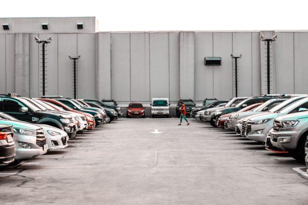 Parkings bondés de voitures