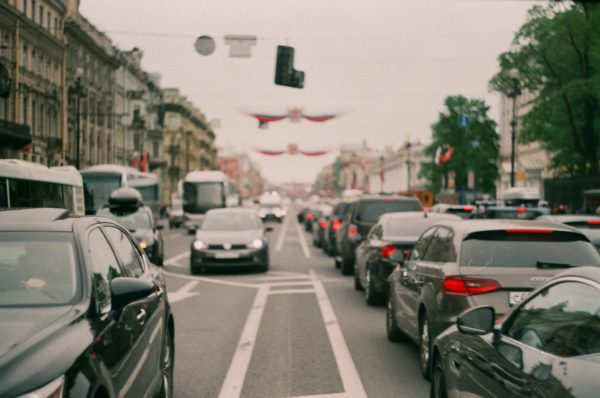 Embouteillages dans la ville qui réduisent une bonne qualité de vie au travail