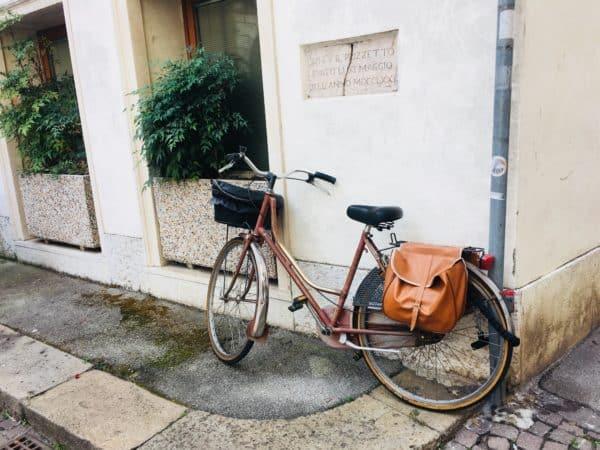 Vélo de fonction avec sacoche arrière