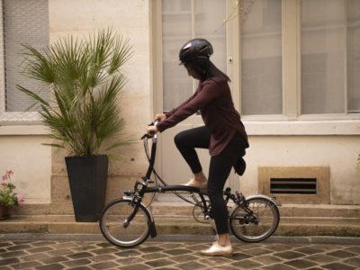 Salariée quittant l'entreprise avec son vélo