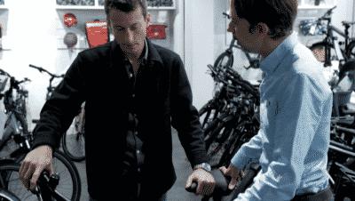 Expert Zenride conseillant un client dans son magasin de vélos