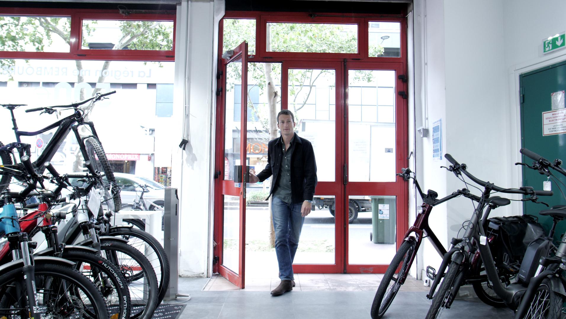 Homme entrant dans un magasin de vélo